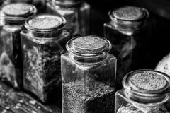 Piante medicinali che si asciugano all'aperto immagine stock