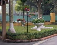 Piante variopinte in piccoli vasi e pace Lillies in grande vaso di fiore vicino alla casa di Ho Chi Minh a Hanoi, Vietnam immagine stock libera da diritti