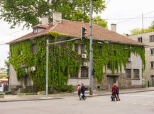 Pianti l'architettura nella vecchia parte di Bourgas, Bulgaria Immagini Stock Libere da Diritti
