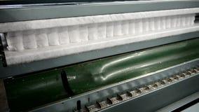 Pianti per fare i materassi il lavoratore di catena di montaggio che raccoglie la truppa del materasso di molle indipendente video d archivio