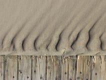 Piasek czochry wyrzucać na brzeg drewnianego ścieżki tło horyzontalnego zdjęcia royalty free