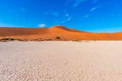 Piasek diun Namib pustynia, solankowy mieszkanie, roadtrip w cudownym Namib Naukluft parku narodowym, podróży miejsce przeznaczen Zdjęcia Royalty Free