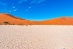 Piasek diun Namib pustynia, solankowy mieszkanie, roadtrip w cudownym Namib Naukluft parku narodowym, podróży miejsce przeznaczen Fotografia Stock