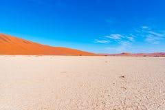 Piasek diun Namib pustynia, solankowy mieszkanie, roadtrip w cudownym Namib Naukluft parku narodowym, podróży miejsce przeznaczen Zdjęcia Stock
