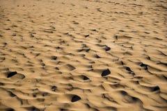Piasek diuny na piaskowatej pogodnej plaży na wakacjach Tło dla wakacji letnich Fotografia Royalty Free