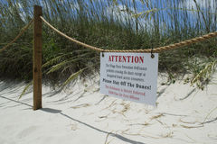 Piasek diuny ochrony znak na Łysej głowy wyspy plaży w Pólnocna Karolina, usa Obrazy Stock