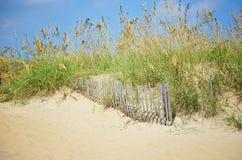 Piasek diuny płotowa i plażowa trawa zdjęcie stock