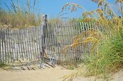 Piasek diuny płotowa i plażowa trawa zdjęcia stock