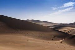 Piasek diuny przy Rozbrzmiewający echem piasek górą blisko miasta Dunhuang, w Gansu prowincji obrazy stock