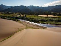 Piasek diuny, rzeka, pasmo górskie - Wielki piasek diun park narodowy Zdjęcia Royalty Free