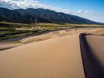 Piasek diuny, rzeka, pasmo górskie - Wielki piasek diun park narodowy Zdjęcie Stock