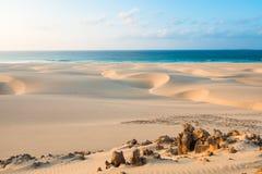 Piasek diuny w Chaves wyrzucać na brzeg Praia De Chaves w Boavista przylądku Ve zdjęcia stock
