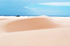 Piasek diuny w Stero, 4x4, wycieczka, Aomak plaża ochraniali teren, Socotra wyspa, Jemen zdjęcie stock