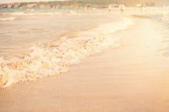 Piasek i fala tło Miękkiej części fala turkusowy morze na piaskowatej plaży Naturalny lato plaży tło z kopii przestrzenią Słońce, Zdjęcia Royalty Free