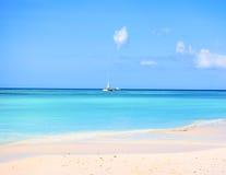 Piasek i krystaliczna woda morska Saona wyspa z som, Zdjęcie Stock