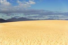 Piasek i odległe góry w Fuerteventura Zdjęcie Stock
