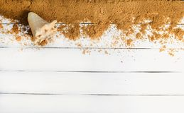 Piasek i seashell na białej drewnianej powierzchni Pojęcie relaksować przy morzem Lato plaży sezon jest otwarty! Odgórny widok Zdjęcie Stock