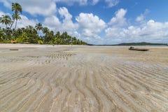 Piasek kształtująca i stara tratwa w tropikalnej plaży Zdjęcia Royalty Free