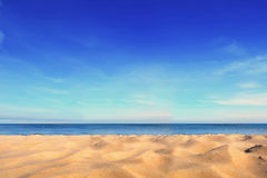 Piasek na nadmorski pod błękita jasnego niebem Zdjęcia Stock