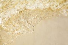 Piasek na pla?y, bryzga macha na seashore fotografia royalty free