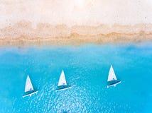 Piasek plaża z małymi łódkami w Grecja Europa fotografia royalty free