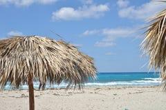 Piasek plaża z chmurnym niebem zdjęcia royalty free