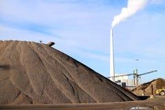 Piasek, węgiel i elektrownia, zdjęcia stock