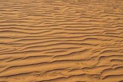 Piasek z fala w czerwieni pustyni Obrazy Royalty Free
