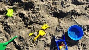 Piasek zabawki rozpraszać na plaży zbiory wideo