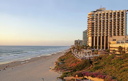 Piasków plażowi i nowożytni hotele w Herzliya Pituah, Izrael zdjęcie stock