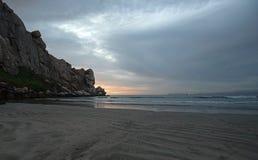 Piasków wzory przy zmierzchem przy Morro Rockowym pływowym wpustem na środkowym wybrzeżu Kalifornia przy Morro zatoki Kalifornia  obraz stock