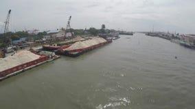 Piaska ładunku statki dokowali na ogromnej Pasig rzece rozładowywać zbiory