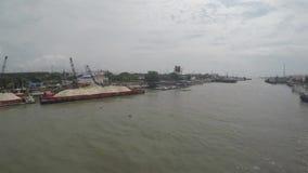 Piaska ładunku statki dokowali na ogromnej Pasig rzece rozładowywać zbiory wideo
