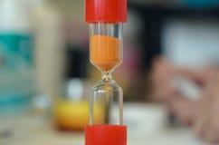 Piaska bieg przez hourglass pomiarowego przelotnego czasu Zdjęcia Royalty Free