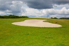 Piaska golfowy bunkier na pustym polu golfowym Obraz Royalty Free