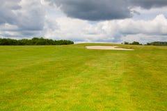 Piaska golfowy bunkier na pustym polu golfowym przed deszczem Fotografia Royalty Free