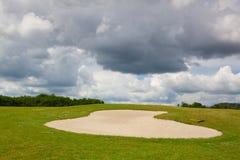 Piaska golfowy bunkier na pustym polu golfowym przed deszczem Obraz Stock