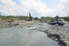 Piaska i żwiru ekstrakcja Mal rzeka, Matanao, Davao Del Sura, Filipiny obraz stock