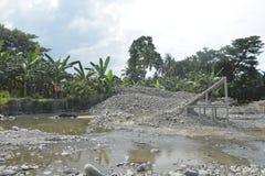 Piaska i żwiru przesiewanie Mal rzeka, Matanao, Davao Del Sura, Filipiny obraz stock
