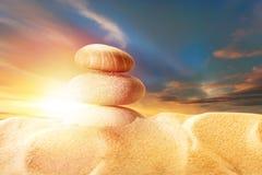 Piaska i morza kamienie na zmierzchu Zdjęcie Stock