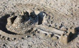 piaska kasztel na plaży morzem w lecie Fotografia Stock