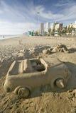 Piaska kasztel samochód z filiżanka właścicielem na plaży z Durban linią horyzontu w tle, Południowa Afryka Fotografia Stock