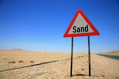 Piaska niebezpieczeństwo drogowy podpisuje wewnątrz Namibia Zdjęcia Stock