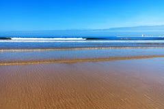 Piaska plażowy i Błękitny ocean Zdjęcie Royalty Free