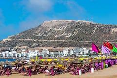 Piaska plażowy i Błękitny ocean w Agadir, Maroko Obrazy Royalty Free