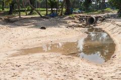 Piaska Surin plaży zanieczyszczenie od brudnej drenażowej ściekowej drymby Zdjęcia Stock
