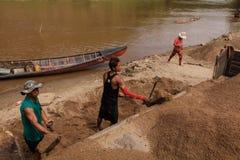 03-06-2017 piaska wygrzebywania kariery piasek jest składnikiem w budowie Używać w mieszać z moździerzem Wieśniacy wzdłuż Pai rze Zdjęcia Stock