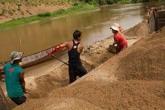 03-06-2017 piaska wygrzebywania kariery piasek jest składnikiem w budowie Używać w mieszać z moździerzem Wieśniacy wzdłuż Pai rze Fotografia Stock