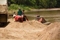 03-06-2017 piaska wygrzebywania kariery piasek jest składnikiem w budowie Używać w mieszać z moździerzem Wieśniacy wzdłuż Pai rze Obrazy Stock