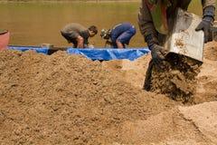 03-06-2017 piaska wygrzebywania kariery piasek jest składnikiem w budowie Używać w mieszać z moździerzem Wieśniacy wzdłuż Pai rze Obrazy Royalty Free